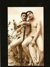 Carte Postale de Vintage Photo de Deux Chair Hommes Posant Ensemble en un Studio