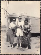 YZ2117 In posa davanti la roulotte - Fotografia d'epoca - Vintage photo