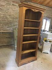 Bookshelf with 4 adjustable shelves.