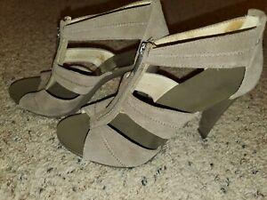 Women's NWOB Michael Kors Gray Siede Heel Sandals Size 8