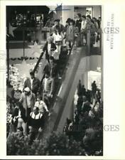 1987 Press Photo Shoppers on Staten Island Mall's escalators - sia15547