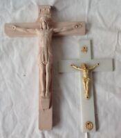 deux croix vintage christ en relief un en plâtre et 1 plastique