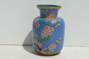 FINE VINTAGE SMALL CHINESE BLUE & PINK CLOISONNE VASE DEPICTING FLOWERS