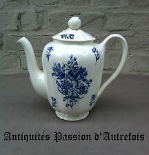B20150192 - Cafetière en faïence de Maastricht décor au bouquet bleu