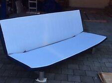 Stabiles einfach zu veränderndes Sofagestell ohne Matratze zum Sitzen und Liegen