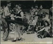 1943 Press Photo WWII US Army troops dance at 4th of July celebration in London
