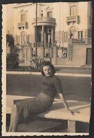 YZ3480 Tipica bellezza italiana seduta su panchina - 1940 fotografia d'epoca
