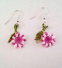 Ago fatto a mano pizzo uncinetto Dangle Earrings Vintage Fiori Rosa W Foglie Verdi