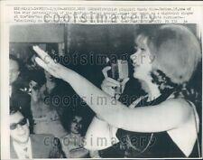1964 British Playgirl Mandy Rice-Davies at Eve Bar Munich Germany Press Photo