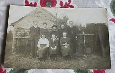 CPA photo années 1910-1920 Groupe de paysans dans une ferme