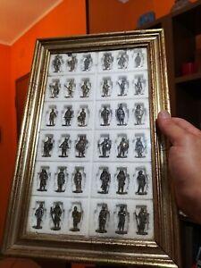 Rarissimo quadro alto 36 largo 23cm con 36 soldatini Kinder di metallo e bronzo