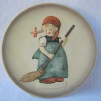 Hummel Goebel Porcelain Plate LITTLE HOMEMAKERS Sweeping Girl Mother's Day Gift