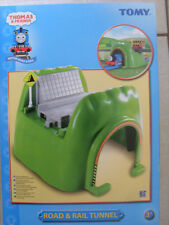 TOMY TRACKMASTER THOMAS THE TANK ENGINE ROAD NUOVO TUNNEL AND RAIL. -