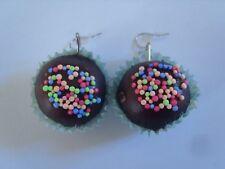 Ohrring Schokoladen Cupcake mit bunten Streuseln aus Gummi und Papierhülle 2229