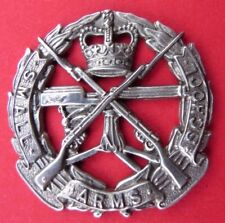 SMALL   ARMS   SCHOOL   CORPS <>  WHITE  METAL  CAP  BADGE <> USED