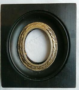 Ancien cadre photo en bois noirci et laiton, manque le verre.  8,5 x 7,5 cm