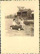 PHOTO ENFANTS AVEC AUTO A PEDALES PEDALS CAR