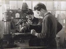 PHOTO de PRESSE GALLIA VICHY + 2 jeunes au travail sur une MACHINE-OUTIL