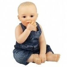 Casa De Muñecas Muñeca: Resina figura de un bebé con peto: 12th Escala