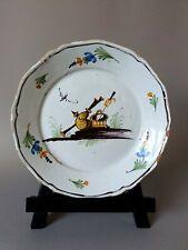 Assiette de NEVERS représentant une cornemuse et un panier, XVIII ème siècle.