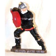 Statuette Sapeur Pompier déroulant un tuyau