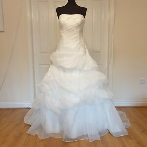 Beautifull Ivory wedding dress size 16, fitted bodice and fairy tale skirt