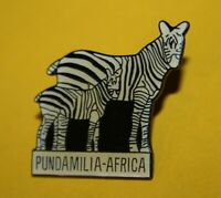 Pin's lapel pin pins Animal d' AFRIQUE PUNDAMILIA-AFRICA ZEBRES ZEBRA Signé
