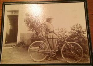 VÉLOCYCLOPÉDIE.Photographie D' Une Femme Portant Un Vélo. Vers 1880.