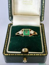 VINTAGE 18CT EMERALD & DIAMOND TRILOGY RING. SIZE Q