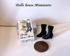 Botas de estilo vintage en caja para la casa de muñecas
