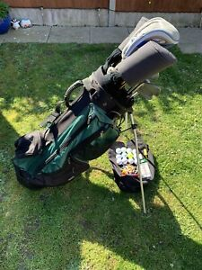FULL SET OF WILSON GOLF CLUBS 3 WOODS, 9 IRONS & PUTTER IN CARRY / STAND BAG