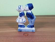 Sehr schöne Dekofigur aus Holland zwei Kinder in Tracht küssen sich Höhe=10cm