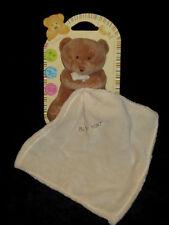 Doudou Calins Ours marron assis mouchoir carré beige brodé Babynat' Baby Nat'
