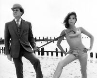 "PATRICK MACNEE AND DIANA RIGG IN ""THE AVENGERS"" - 8X10 PUBLICITY PHOTO (CC-193)"