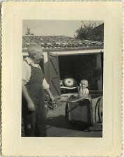 PHOTO ANCIENNE - VINTAGE SNAPSHOT - ENFANT JARDIN REMORQUE GAG DRÔLE - CHILD