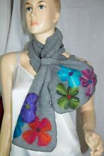 100% Schurwolle Scarf Gray with Multicolored Flowers and ruffled edges
