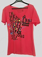 Tee-shirt à col V rose avec imprimés pour homme