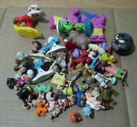 Lote 50 muñecos plástico, miniaturas, pitufos, bob esponja y otros demonios..