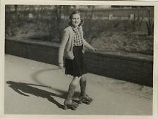 PHOTO ANCIENNE - VINTAGE SNAPSHOT - ENFANT PATINS À ROULETTES ROLLERS OMBRE