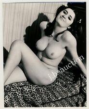 BUSTY NUDE WOMAN RECLINING / NACKT VOLLBUSIG HEITER * Vintage 60s Photo Aktfoto