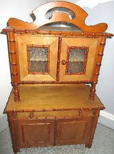 Buffet meuble de poupée, jouet bois portes vitrées, moulures bambou, fronton