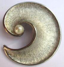 broche couleur argent bijou vintage finement strié en relief perle blanche 3157