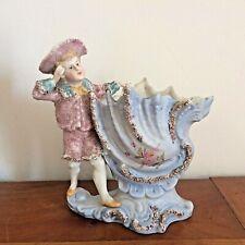 VASE FIGURINE EN BISCUIT POLYCHROME / Porcelaine spill vase Lord by a shell