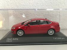 Minichamps 410042001 Opel Astra J Tricorps 4 portes 1:43,Puissance rouge,