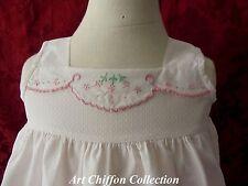 Jolie robe fillette ou poupée en coton damassé brodé en rose-  Réf 10606