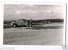 Portrait famille voiture ancienne Citroën 2cv - photo ancienne an. 1960