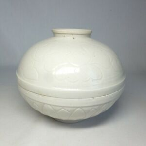 D0820: Chinese white porcelain covered bowl with appropriate tone and engraving