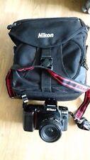 Nikon F801 35mm Spiegelreflexkamera mit Taschen.