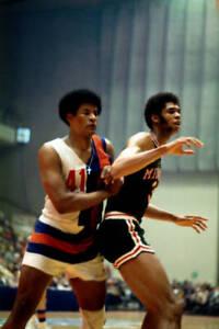 BASKETBALL Kareem Abdul Jabbar Milwaukee Bucks Posts Up 1971 OLD PHOTO
