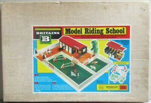 Britains - Equestre - Batiment Ecole Model Riding School Proche Neuf Boite (réf